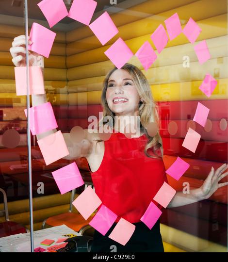 Geschäftsfrauen, die Herzen mit Noten Stockbild
