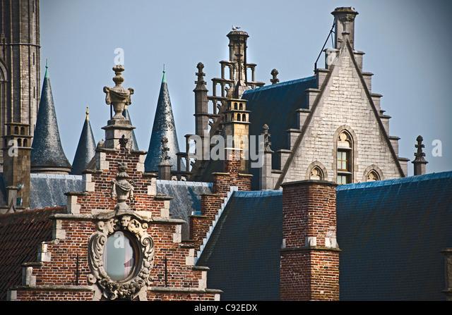 Ziegel-Dächer von reich verzierten Gebäuden Stockbild