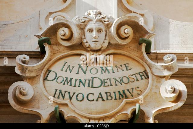 Sizilien, Italien, Westeuropa; Architekturdetail an eine barocke Fassade Stockbild