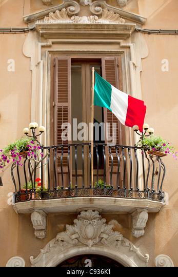 Sizilien, Italien, Westeuropa; Detail einer barocken Fassade mit der italienischen Flagge im Zentrum von Trapani Stockbild