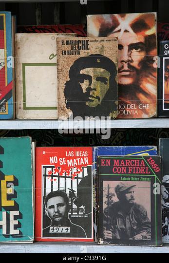 Bücher über Ernesto Che Guevara und Fidel Castro auf dem Buchmarkt am Plaza de Armas in Havanna, Kuba. Stockbild