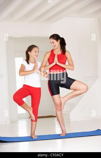Mutter und Tochter beim yoga Stockbild