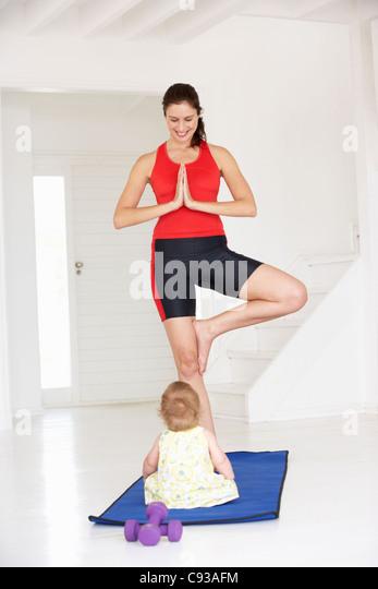 Mutter und Baby Yoga machen Stockbild