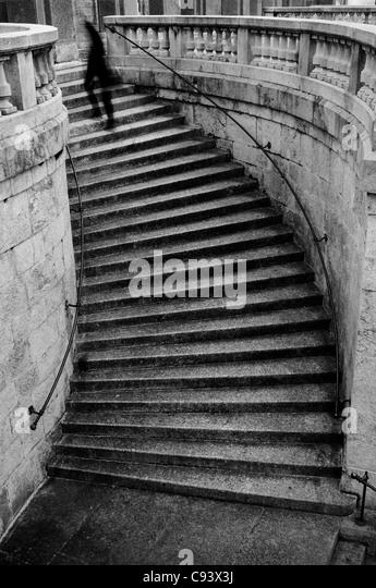 Person, die kurvige Treppen Stockbild