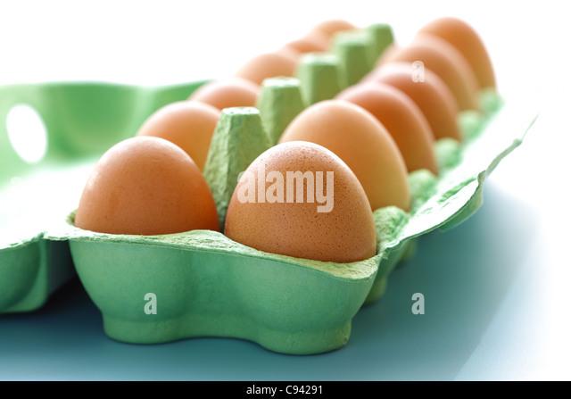 Karton mit rohen Eiern Stockbild