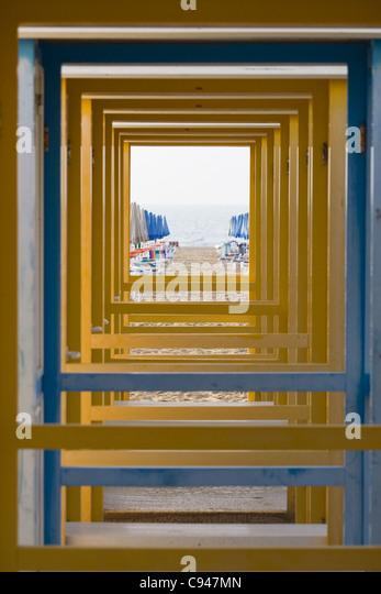 Blick auf das Meer durch eine Reihe von wechselnden Ständen Stockbild