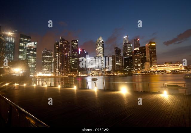 Skyline von Singapur in der Dämmerung Stockbild