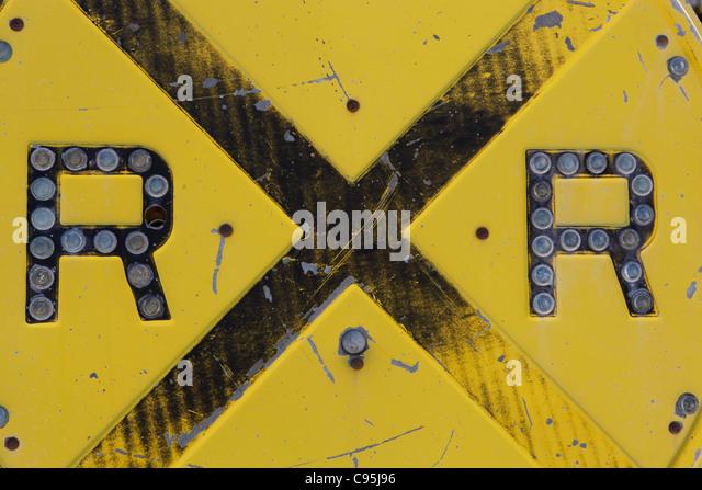 Railroad crossing Zeichen Verkehrsmittel Eisenbahn Industrie Stahl Metall Gelb horizontalen Zug Züge Stockbild
