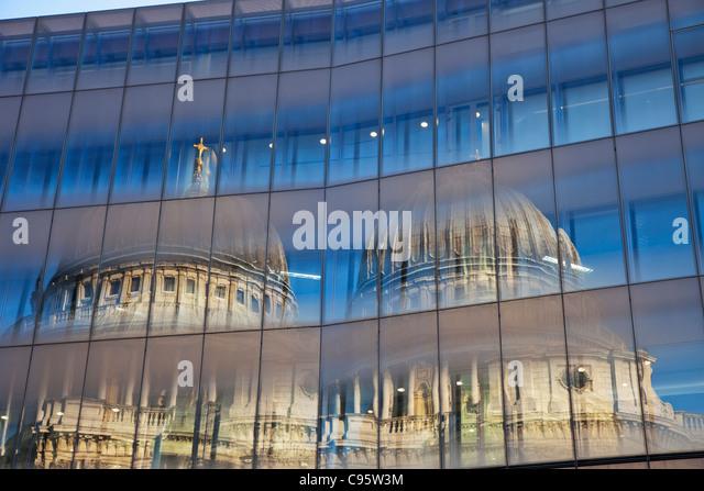 England, London, Spiegelung im Glas von St. Paul Kathedrale Stockbild