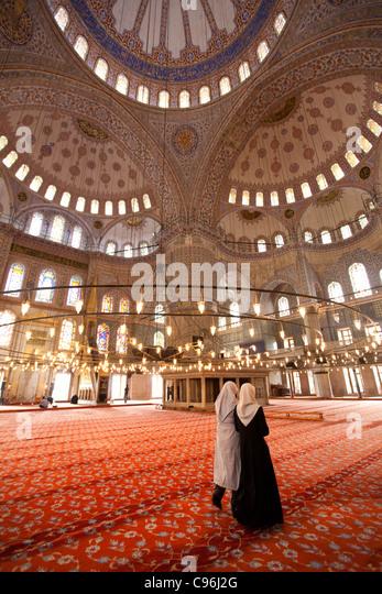 Zwei muslimische Frauen in Yeni Camii - Istanbul Stockbild