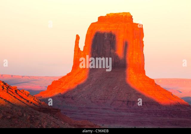 Ost-Handschuh bei Sonnenuntergang, Monument Valley Tribal Park, Arizona/Utah Schatten von West Mitten im Osten Fäustling Stockbild