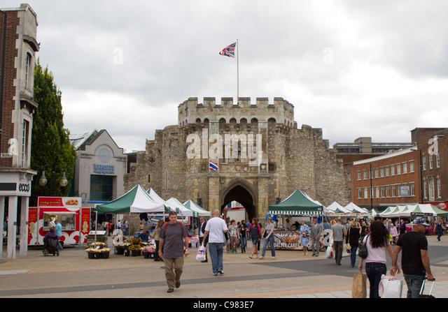 SOUTHAMPTON, UK - AUG 13: Menge in Fußgängerzone von Southampton mit historischen Bargate im Hintergrund. Stockbild