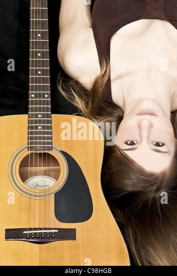 Farbe-Porträt eines jungen Mädchens mit einem Fender Akustikgitarre Stockbild