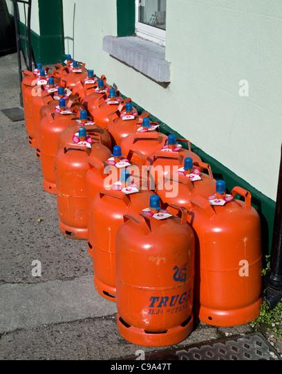 Inländischen Gasflaschen zum Verkauf vor einem Hardware-Geschäft in Skerries, County Dublin, Irland Stockbild