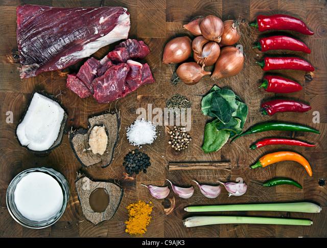 Rohstoffe für Rindfleisch-Curry auf Schneidbrett aus Holz Stockbild