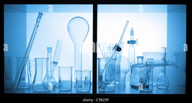 Chemischen Glaswaren Tuben, Flaschen in einem chemischen Labor box Stockbild