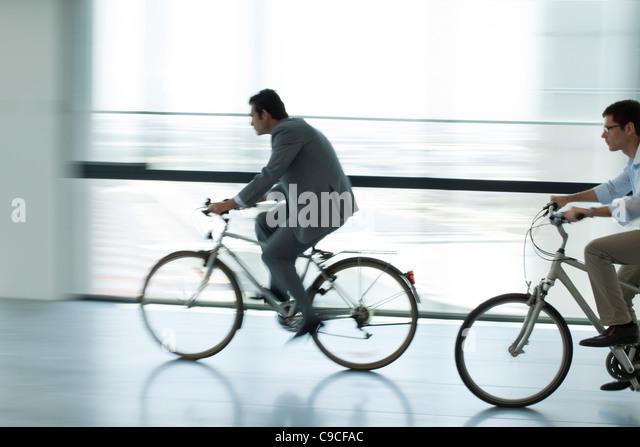Geschäftsleute, Reiten, Fahrräder im Haus, Kontur, Bewegungsunschärfe Stockbild
