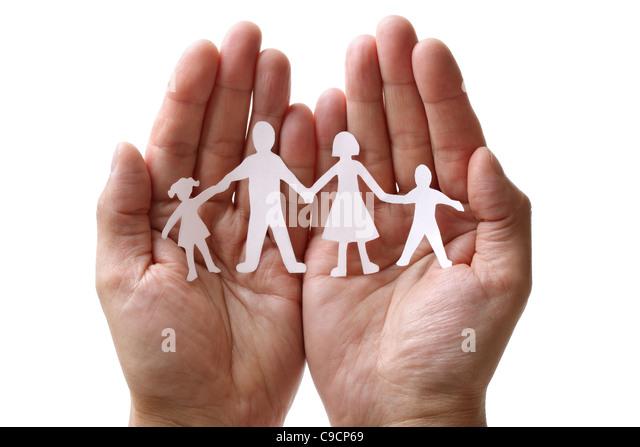 Papier-Kette-Familie in der hohlen Hand geschützt Stockbild