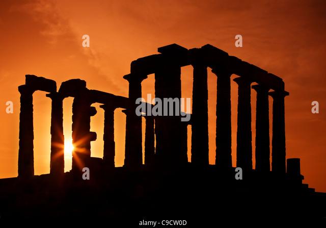 Der Tempel des Poseidon (alten Gott des Meeres, nach der klassischen griechischen Mythologie) am Kap Sounion Sonnenuntergang. Stockbild