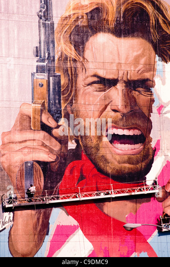 Arbeitnehmer entsenden riesige Plakatwand von Clint Eastwood auf Sunset Boulevard Hollywood Los Angeles Southern Stockbild