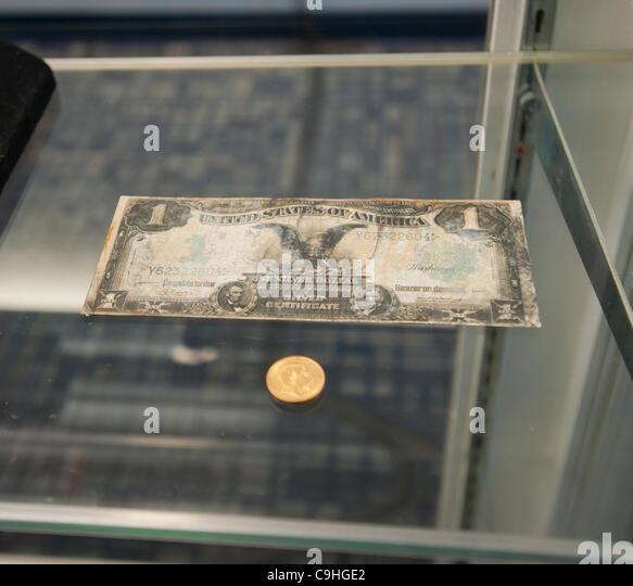 Geborgenen Artefakte werden auf dem Display an einer Medien-Vorschau für die Versteigerung des geborgenen Materials Stockbild