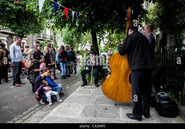 London, Vereinigtes Königreich, 06.02.2012. Menschen aller Nationalitäten in Kentish Town durch halten Stockbild