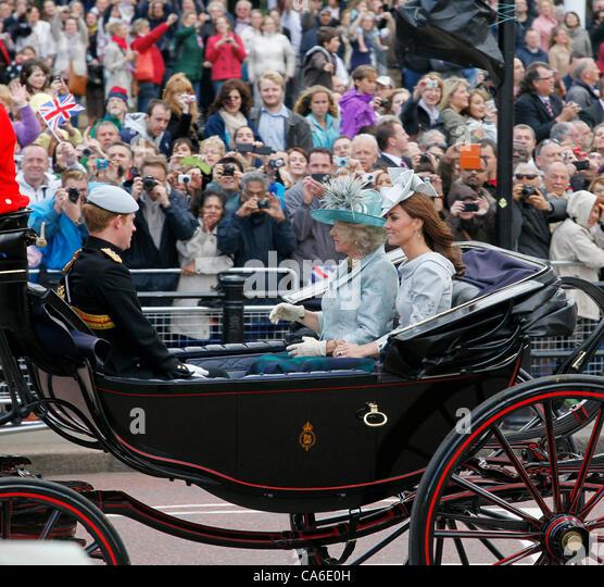 Camilla Parker Bowles Herzogin von Cornwall und Kate Middleton Herzogin von Cambridge mit Prinz Harry zurück Stockbild