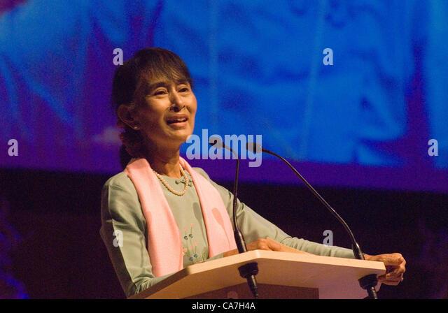 Aung San Suu Kyi trifft sich mit Mitgliedern der birmanischen Gemeinschaft in der Royal Festival Hall London, UK. Stockbild