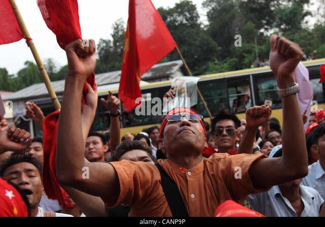 Leute feiern am Sitz der Nationalliga für Demokratie, wehende Fahnen und Plakate der Demokratie Symbol Aung Stockbild