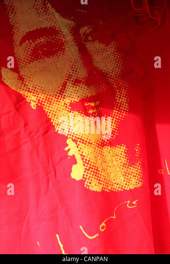 Ein T-shirt trägt das Bild von Aung San Suu Kyi. Stockbild