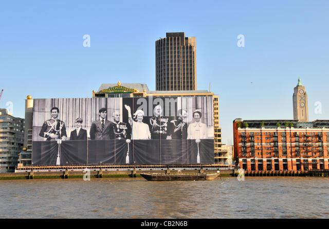 London, UK. 25 Mai 2012. Das größte Bild der königlichen Familie an der Vorderseite des Sea Container Stockbild
