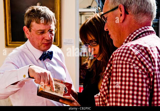 LONDON, UK 25. Mai 2012: Besucher auf der 55. London International Antiquarian Buchmesse, die älteste Buchmesse Stockbild