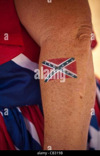 Eine Frau zeigt ihr Konföderierten Flagge Tattoo bei den Sommerspielen Redneck am 26. Mai 2012 in East Dublin, Stockbild