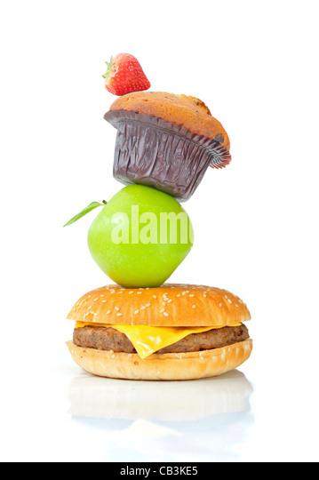 Stapel von verschiedenen Lebensmitteln gesund und ungesund Stockbild