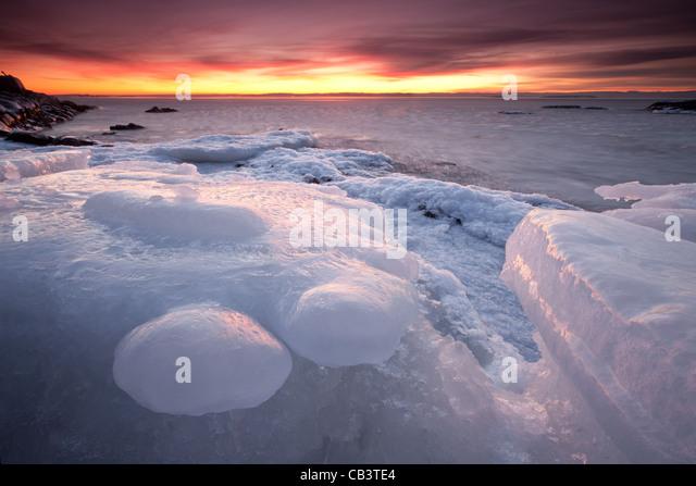Bunter Abend und Eis Formationen in Nes auf der Insel Jeløy, Moss Kommune, Østfold Fylke, Norwegen. Januar Stockbild
