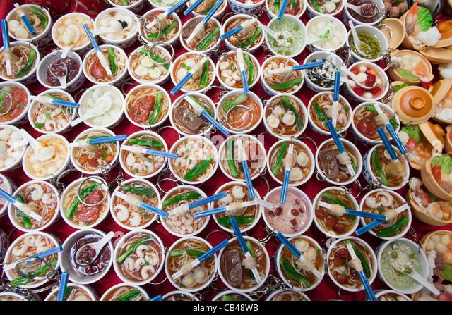 China, Hong Kong, Stanley Market, Souvenir-Schlüsselanhänger von chinesischen Schüsseln mit Essen Stockbild