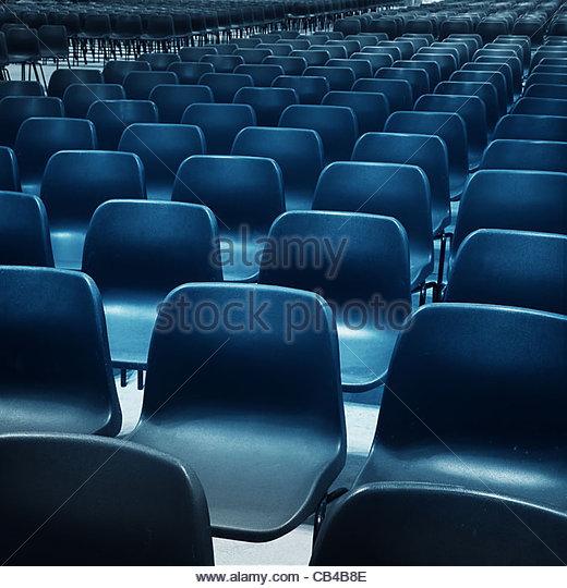 leere blaue Stühle Stockbild