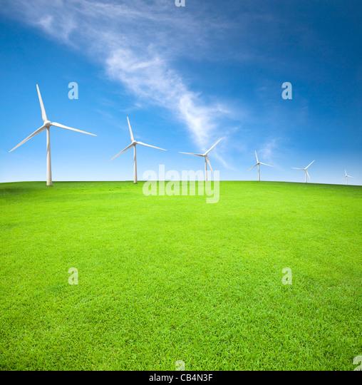 Windkraftanlagen in einem grünen Feld mit Cloud-Hintergrund Stockbild