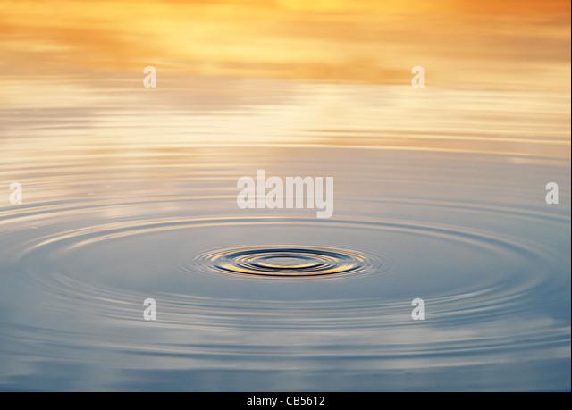 Goldene Wasser plätschern bei Sonnenaufgang in Indien Stockbild
