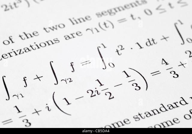 Mathematische Gleichungen auf eine Schülerzeitung Stockbild