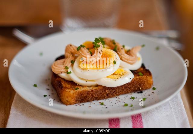 Klassische schwedische öffnen konfrontiert Sandwich aus geschnittenem gekochtem Ei garniert mit Kalles Kaviar Stockbild