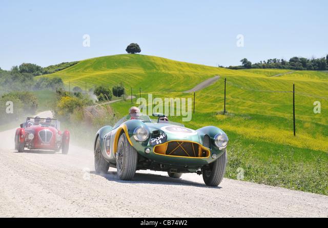 Ein 1953 grün Aston Martin und ein 1950 rot Healey Silverstone bei 1000 Miglia Oldtimer-Rennen Stockbild