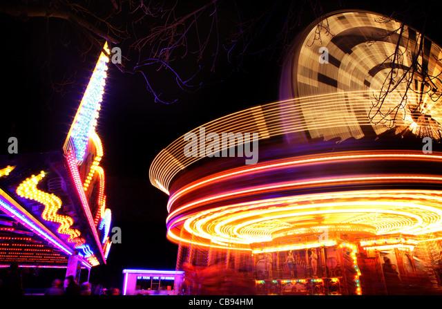 Karussell in Bewegung in der Nacht Stockbild