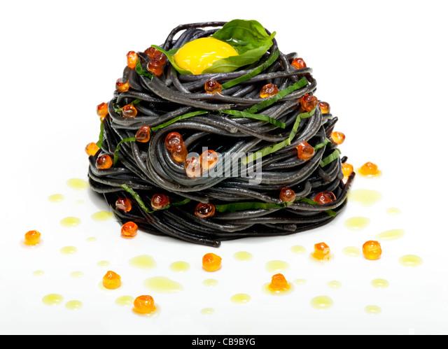 Tintenfisch-Tinte Pasta mit Lachsrogen und Wachteleiern Stockbild