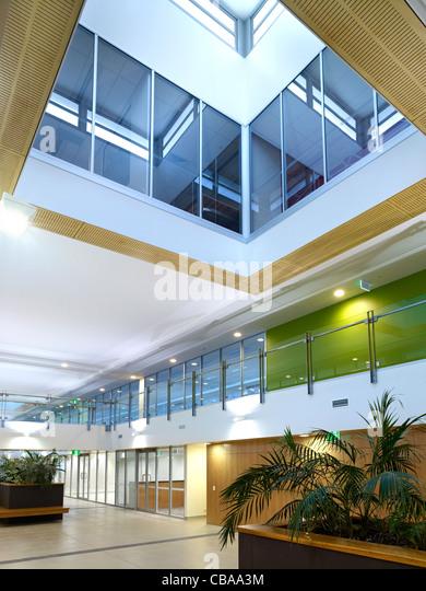 Moderne kommerzielle innere Foyer mit Tageslicht atrium Stockbild