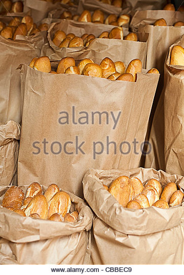 Säcke mit Baguettes zum Verkauf Stockbild
