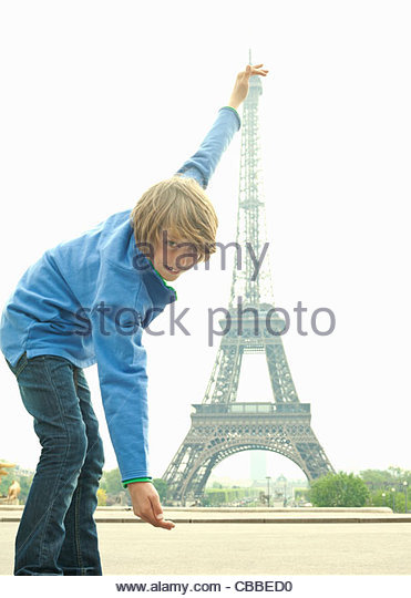 Junge posiert mit Eiffelturm in Paris Stockbild