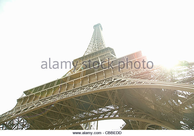 Niedrigen Winkel Blick auf Eiffelturm in Paris Stockbild
