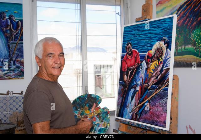 Ältere Künstler Malerei im studio Stockbild