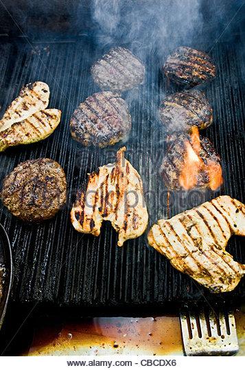 Fleisch kochen am grill Stockbild